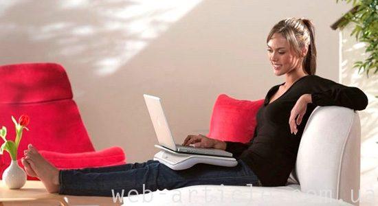 девушка с ноутбуком смотрит кулинарный сайт