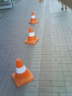 Оранжевые полосатые конуса на дороге