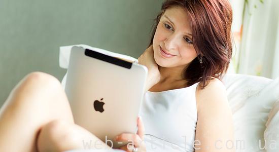Девушка заказывает сайт на планшете