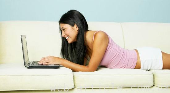 Девушка работает над созданием и продвижением проекта