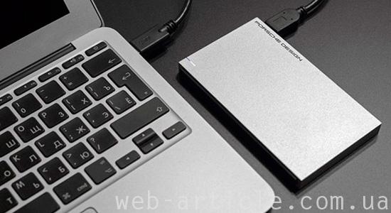 жесткий диск возле ноутбука