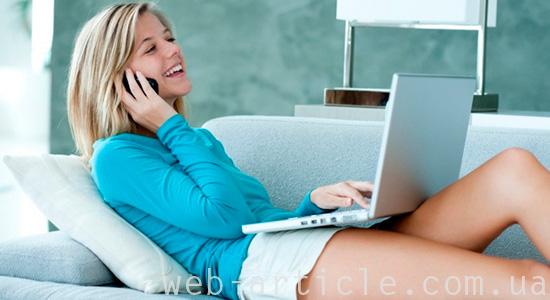 Девушка говорит по телефону с клиентом