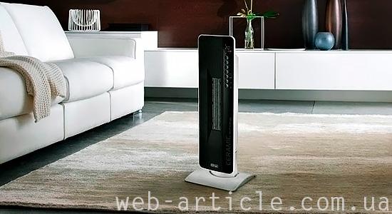 Стильный черно-белый вентилятор на полу гостиной