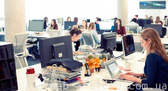 работа в офисе над созданием интернет-магазина