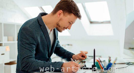 веб мастер разрабатывает дизайн веб-сайта