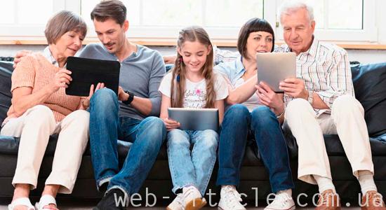 семья с планшетами