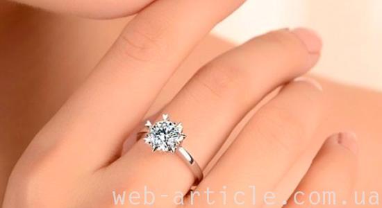 серебряное кольцо на пальце девушки