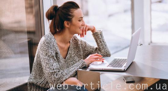 девушка ищет информацию на сайте