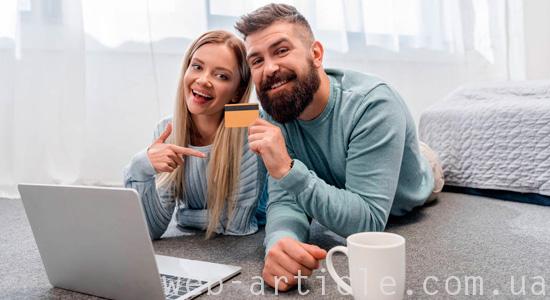 пара выбирает товар в интернете